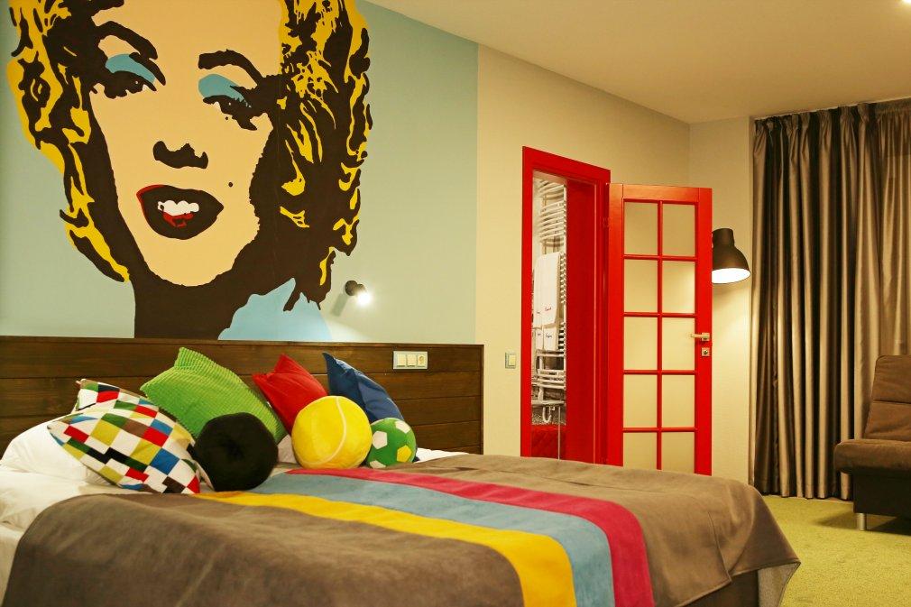 На стене номера люкс Emigrand красуется Мэрилин Монро